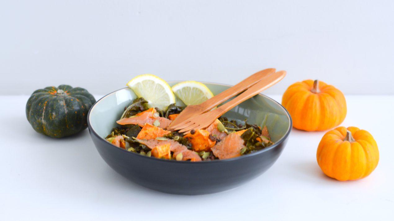 Recette : ma salade tiède de chou kale et lentilles, patates douces et saumon fumé